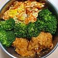 今日午餐:紅蘿蔔炒蛋、花椰菜、糖醋炸雞塊,2020.12.08