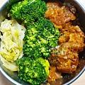 今日午餐:高麗菜、花椰菜、糖醋炸雞塊,2020.12.09
