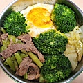 今日午餐:花椰菜、高麗菜、荷包蛋、芹菜炒牛肉,2020.12.14
