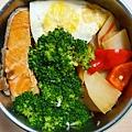 今日午餐:鮭魚、花椰菜、洋芋、水果椒、荷包蛋,2020.12.15