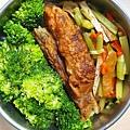 今日午餐:蝦捲、花椰菜、洋芋、芹菜炒豆干、水果椒,2020.12.16