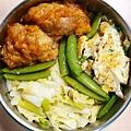 今日午餐:吻仔魚炒蛋、糖醋炸雞、甜豆、高麗菜、芹菜、洋芋,2020.12.17