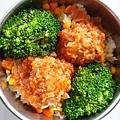 今日午餐:糖醋炸雞塊、花椰菜、玉米蛋炒飯,2020.12.18