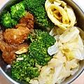 今日午餐:洋芋燉肉、高麗菜、花椰菜、吻仔魚炒蛋,2020.12.21。