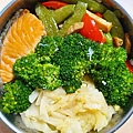 今日午餐:鮭魚、花椰菜、高麗菜、甜豆、水果椒、雞肉。2020.12.22