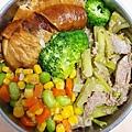 今日午餐:花椰菜、素雞、芹菜炒牛肉、玉米、紅蘿蔔、毛豆,2020.12.23
