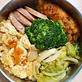 今日午餐:花椰菜、高麗菜、蕃茄炒蛋、雞捲、飛魚卵香腸,2020.12.24
