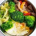 今日午餐:花椰菜、高麗菜、洋蔥、甜椒炒牛肉、荷包蛋,2020.12.25