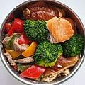 今日午餐:水果椒炒牛肉、花椰菜、煙燻豆皮榨菜捲、鮭魚,2020.12.28