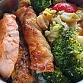 今日午餐:鮭魚、花椰菜、高麗菜、蝦捲、水果椒,2020.12.29