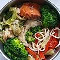 今日午餐:鮭魚、花椰菜、高麗菜、芹菜炒干絲、甜椒、蝦捲,2020.12.30