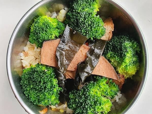 今日午餐:蛋炒飯,花椰菜、海帶、油豆腐、素肉,2021.01.12