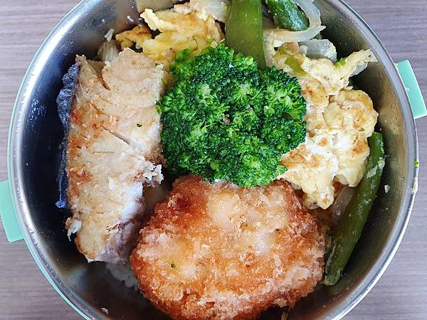 今日午餐:土魠魚、洋蔥炒蛋、甜豆、荷包蛋、青花菜、炸花枝餅,2021.02.03