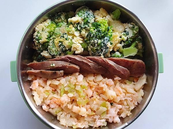 今日午餐:青花菜炒蛋、蝦鬆、牛肉香腸,2021.02.04