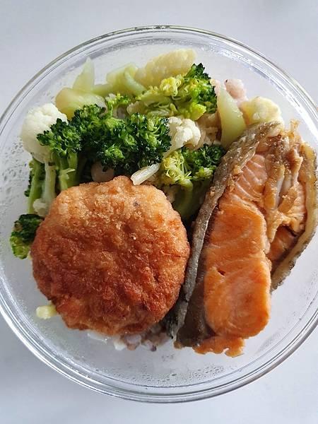 今日午餐:鮭魚、炸花枝餅、花椰菜、青花菜,2021.02.08