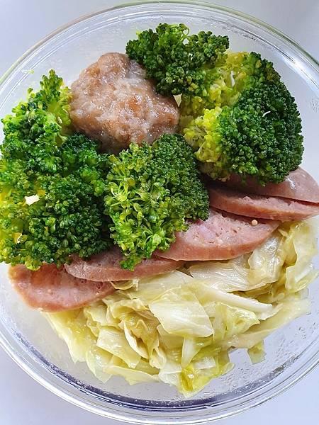 今日午餐:青花菜、高麗菜、獅子頭、飛魚卵香腸,2021.02.18