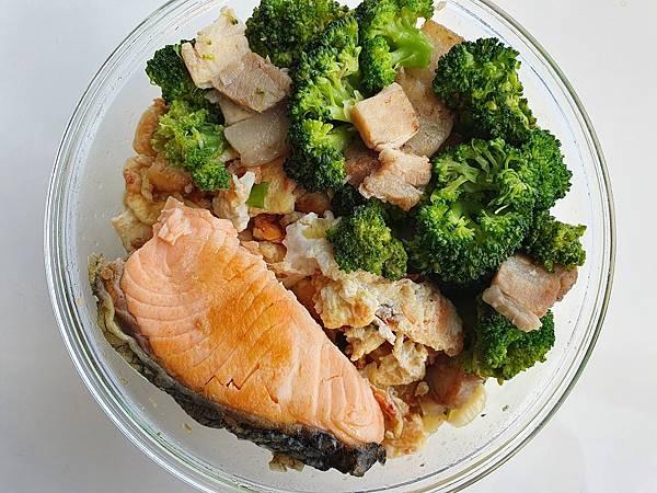 今日午餐:鹹肉、櫻花蝦炒蛋、青花菜、鮭魚,2021.02.19