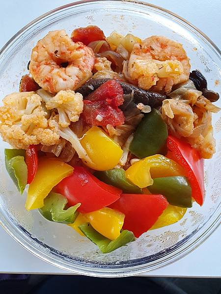 今日午餐:蕃茄炒蝦炒花椰菜、黑木耳、高麗菜、香菇、水果椒,2021.02.23