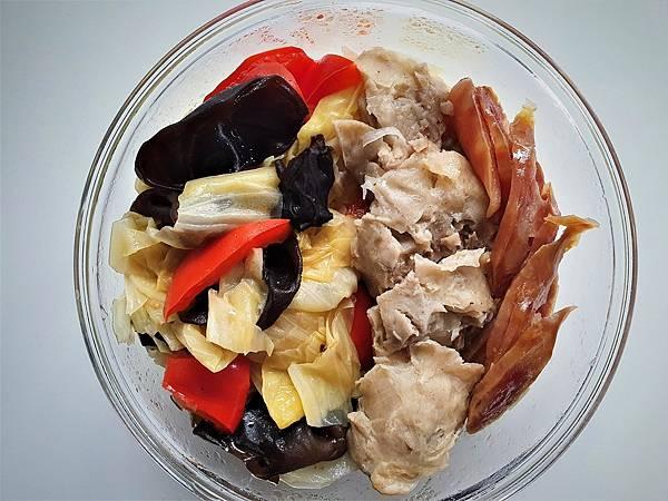 今日午餐:香腸、雞捲、黑木耳、高麗菜、水果椒,2021.03.02