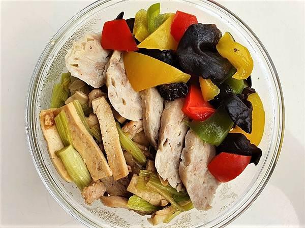 今日午餐:雞捲、水果椒、豆干豬肉炒芹菜,2021.02.26