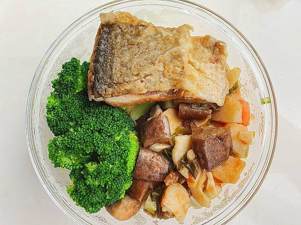 今日午餐:虱目魚、青花菜、茄子炒蕃茄、荸薺,2021.03.05