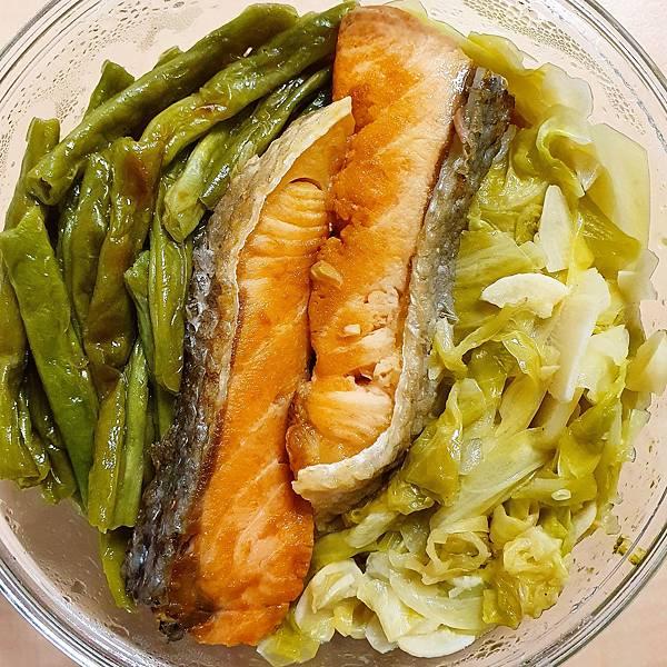 今日午餐:鮭魚、四季豆、高麗菜,2021.03.08