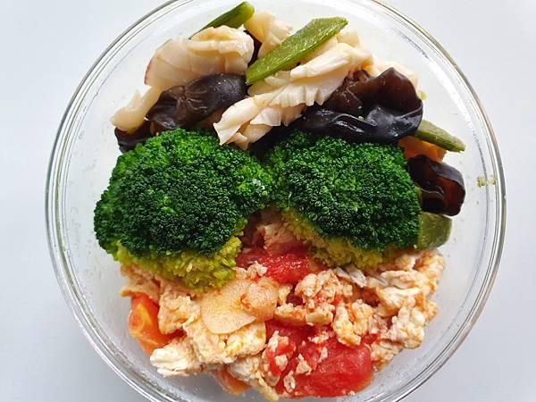 今日午餐:青花菜、蕃茄炒蛋、黑木耳、花枝、甜豆,2021.03.10
