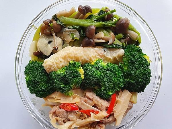今日午餐:青花菜、竹筍炒肉絲、菇、芥藍菜、蝦捲,2021.03.11