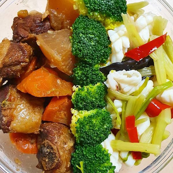 今日午餐:紅燒排骨、青花菜、花枝炒芹菜、黑木耳,2021.03.15