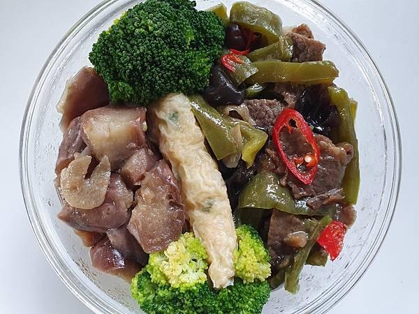 今日午餐:青椒炒牛肉、紅燒茄子、蝦捲、青花菜、黑木耳,2021.03.16