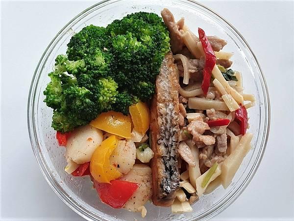 今日午餐:水果椒、青花菜、干貝、鮭魚、筍絲炒豬肉,2021.03.18