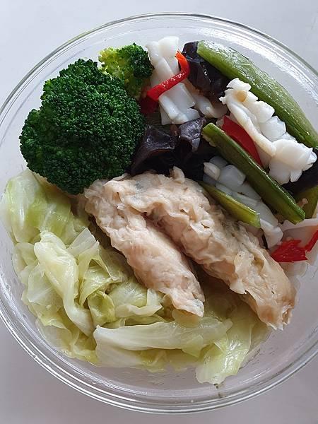 今日午餐:甜豆、黑木耳炒花枝、蝦捲、高麗菜、青花菜,2021.03.19