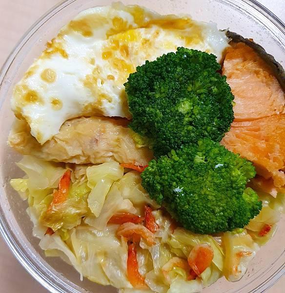 今日午餐:荷包蛋、雞捲、蝦皮炒高麗菜、青花菜、鮭魚,2021.03.22