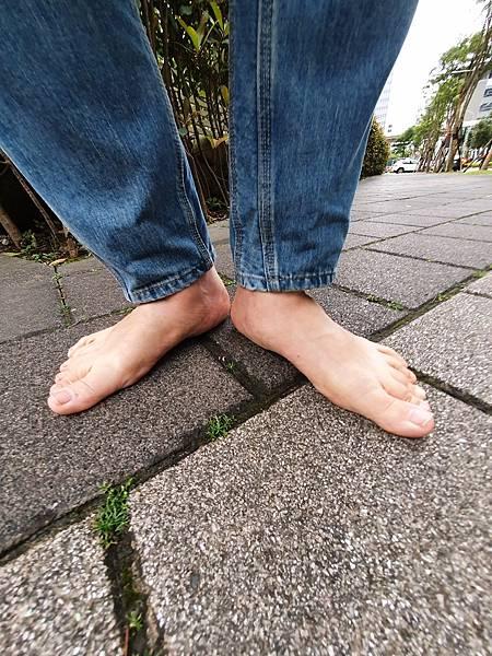 赤腳生活 赤腳走路不要怕羞 要有雖千萬人吾往矣的精神