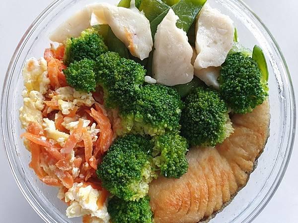 花枝丸、青花菜、甜豆、鮭魚、胡蘿蔔絲炒蛋,2021.03.23