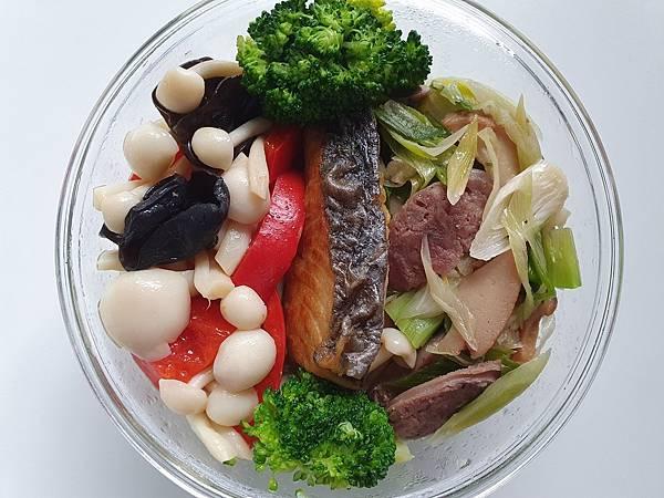 今日午餐:青花菜、黑木耳、水果椒、菇、蒜苗炒香腸、鮑魚、土魠魚,2021.03.24