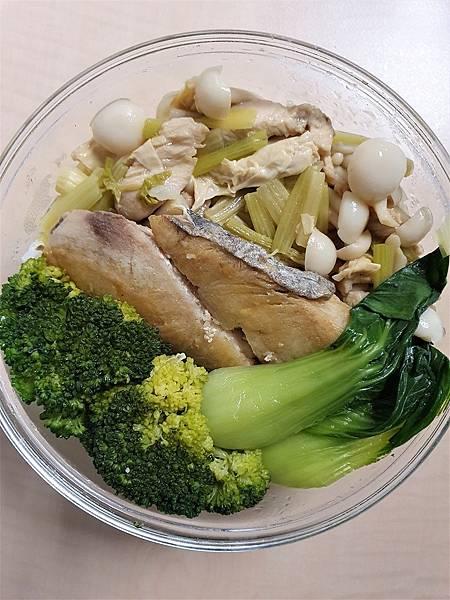今日午餐:腐竹炒芹菜、菇、青江菜、青花菜、土魠魚,2021.03.25