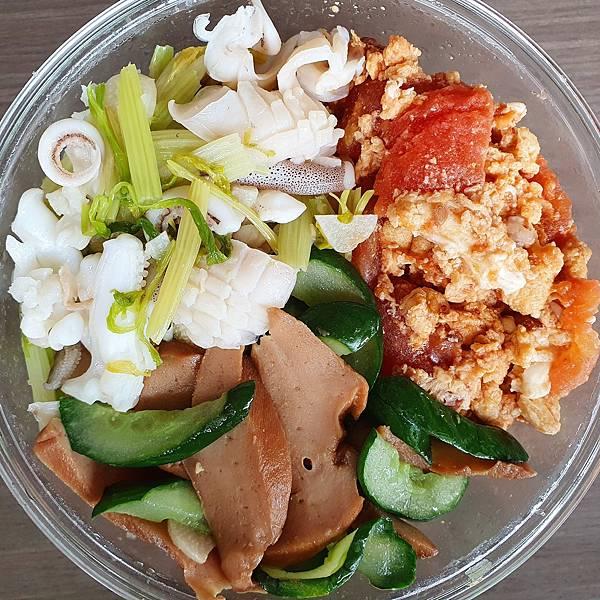 今日午餐:花枝炒芹菜、蕃茄炒蛋、鮑魚片炒小黃瓜,2021.03.30