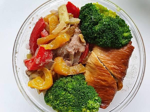 今日午餐:煙燻豆皮捲、甜椒炒牛肉、青花菜,2021.04.06