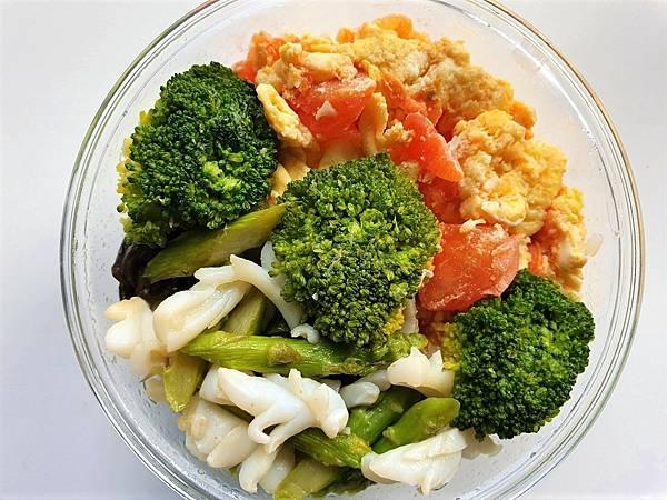 今日午餐:蕃茄炒蛋、蘆筍炒花枝、青花菜、荷包蛋(在底下),2021.04.07