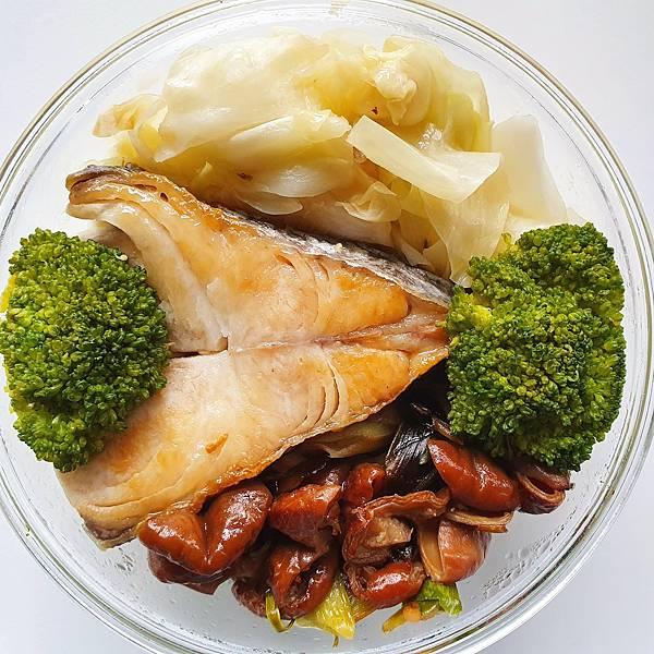 今日午餐:高麗菜、青花菜、土魠魚、滷豬腸,2021.04.08