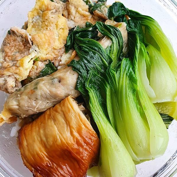 今日午餐:九層塔炒蛋、煙燻豆皮捲、蝦捲、青江菜,2021.04.09