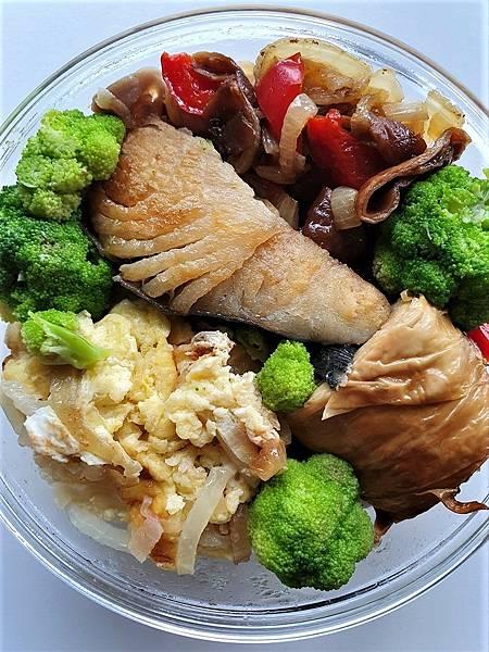 今日午餐:土魠魚、滷豬腸、洋蔥炒蛋、煙燻豆皮卷、青花菜、水果椒,2021.04.12