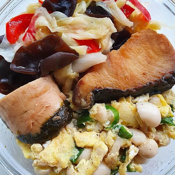 今日午餐:白菇蔥蛋、高麗菜、水果椒、黑木耳、素肉、土魠魚,2021.04.16