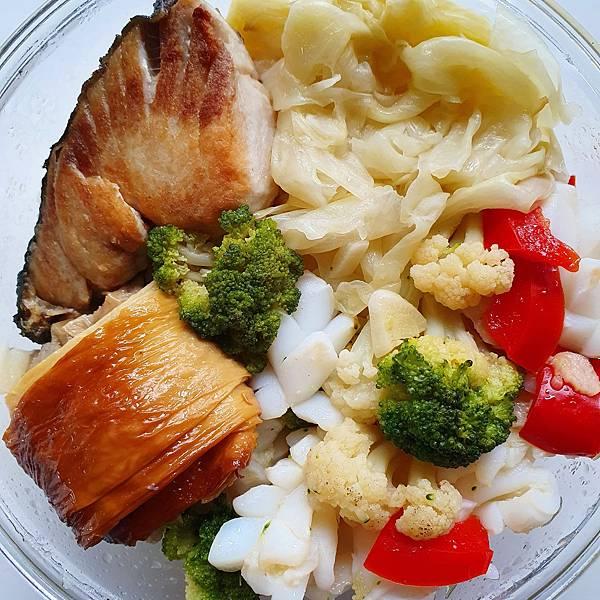 今日午餐:青花菜、高麗菜、水果椒、土魠魚、花枝、煙燻豆皮捲,2021.04.19
