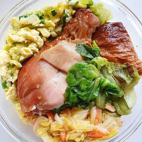 今日午餐:烤雞腿、煙燻豆皮捲、萵苣、蔥花蛋、開陽白菜,2021.04.20