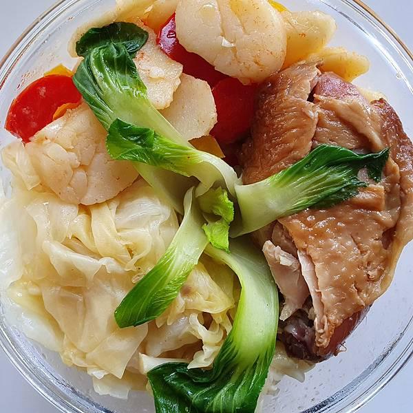 今日午餐:烤雞腿、青江菜、高麗菜、水果椒、干貝、荸薺,2021.04.21