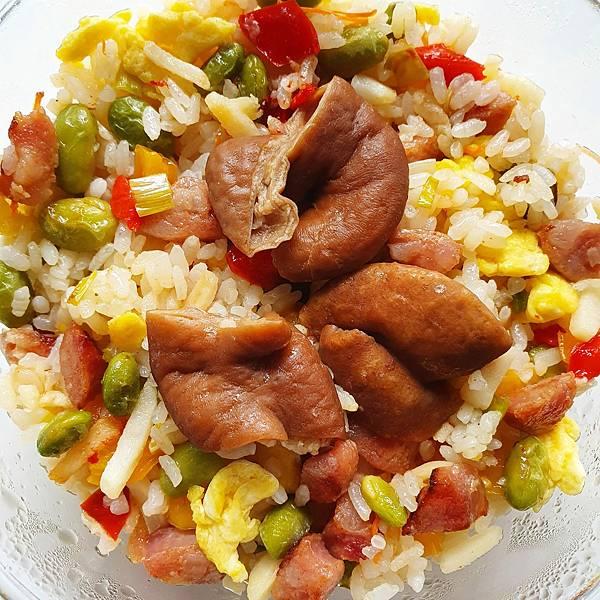 今日午餐:香腸蛋炒飯、滷豬腸,2021.04.22