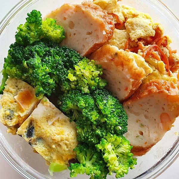 今日午餐:青花菜、甜不辣、三色蛋、胡蘿蔔炒蛋,2021.04.23