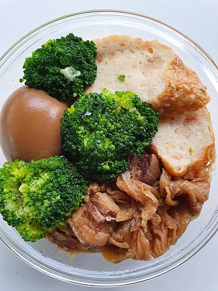 今日午餐:滷蛋、雞捲、青花菜、高麗菜乾燉肉、蔥花蛋(在底下),2021.04.27